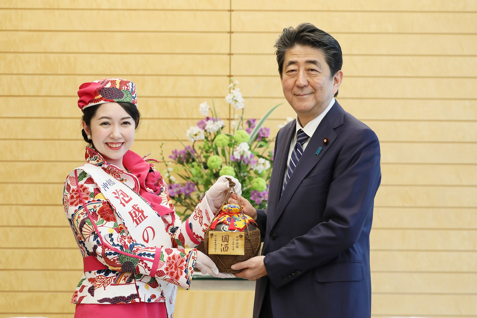 Photograph of the Prime Minister being presented with Ryukyu Awamori (2)