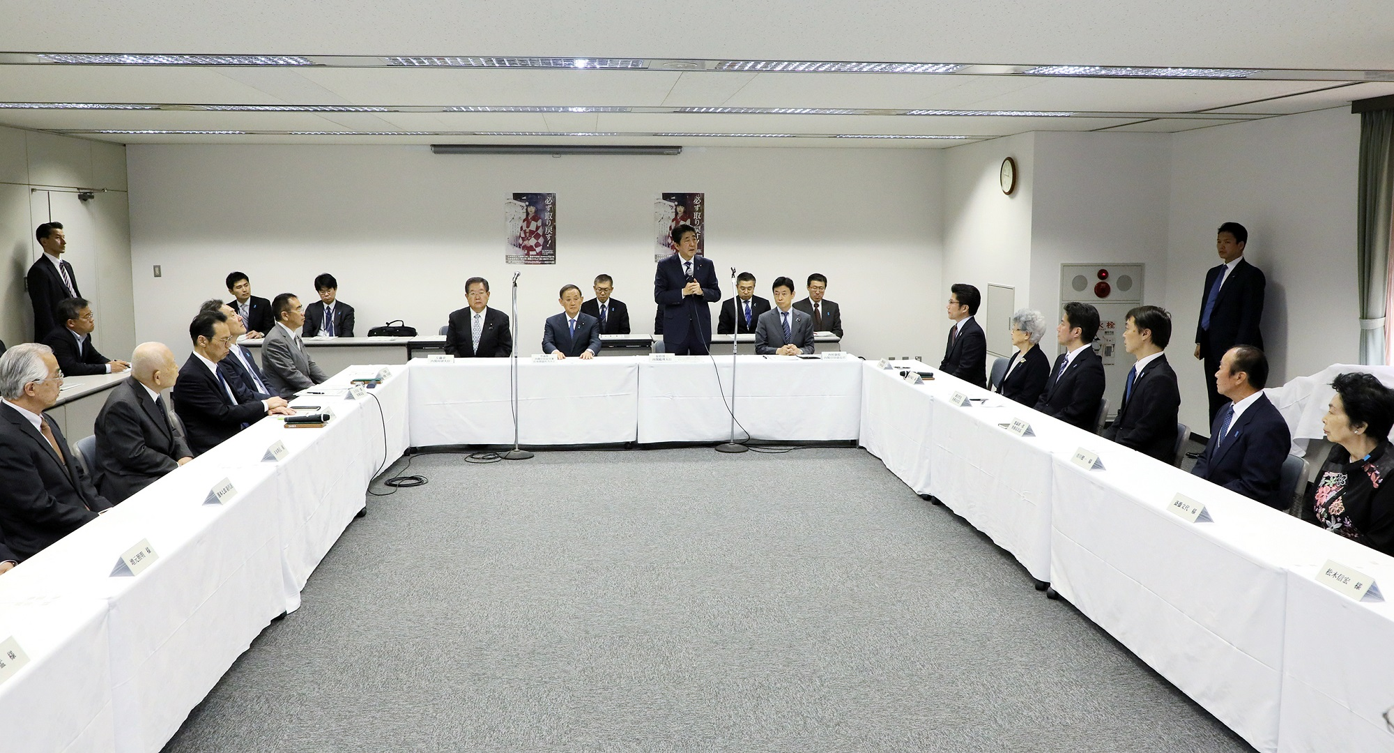 Photograph of the Prime Minister delivering an address at a meeting with families of abductees (1)