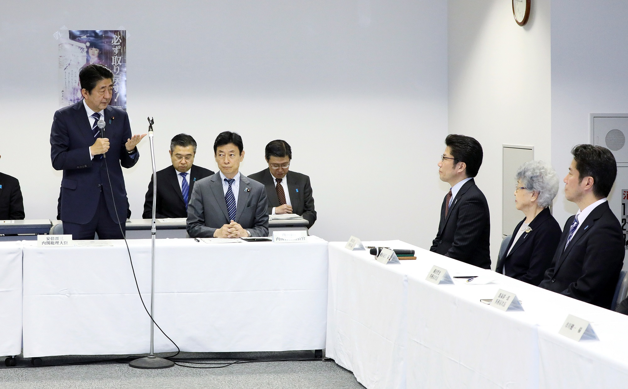 Photograph of the Prime Minister delivering an address at a meeting with families of abductees (2)