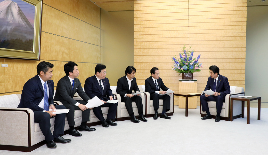 Photograph of the Prime Minister receiving the proposed vision (5)