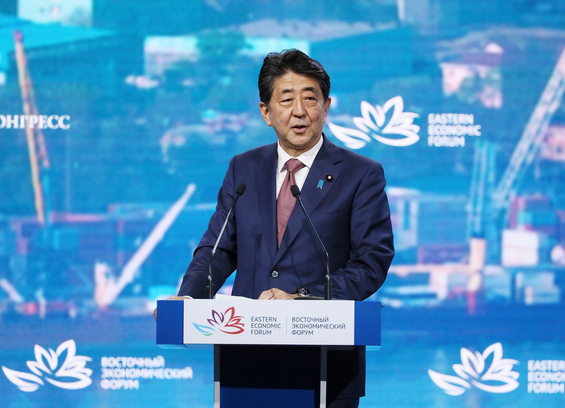 Photograph of the Prime Minister giving a speech at the plenary session of the Eastern Economic Forum (1)