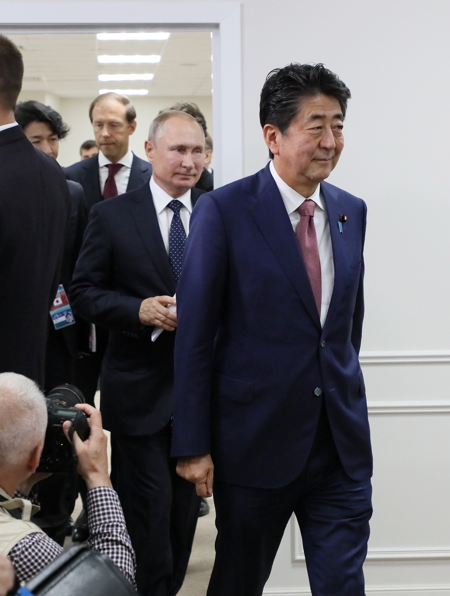 Photograph of the two leaders attending the Japan-Russia Summit Meeting