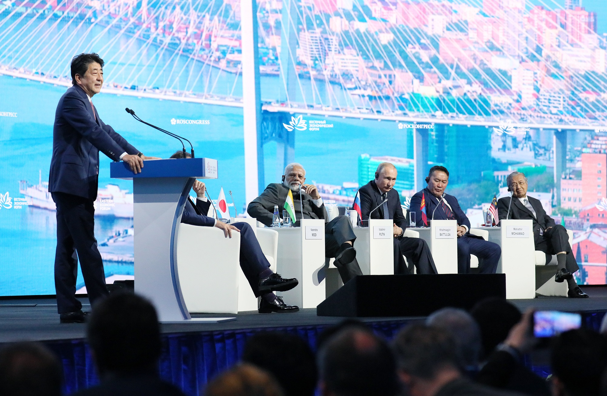 Photograph of the Prime Minister giving a speech at the plenary session of the Eastern Economic Forum (6)