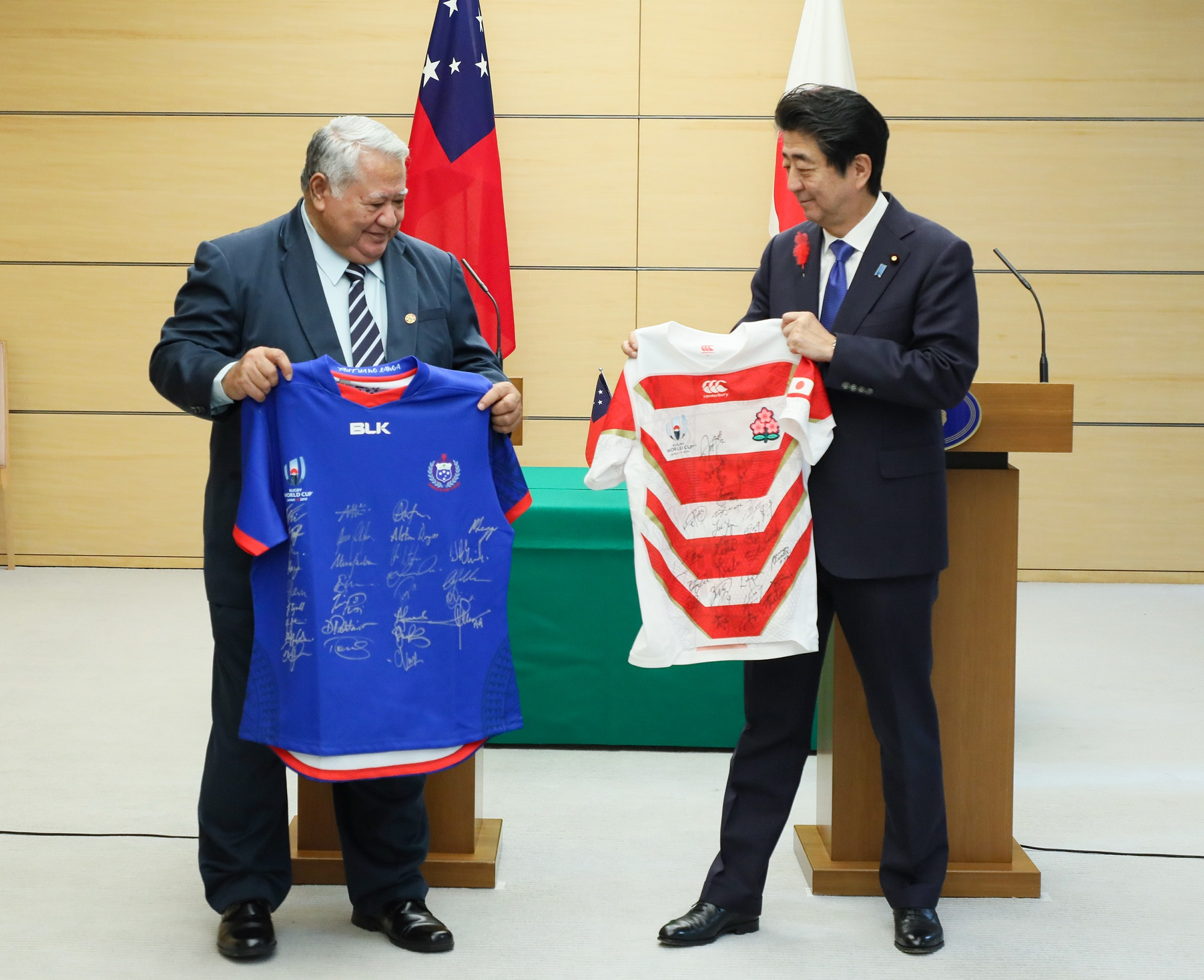Photograph of the leaders exchanging uniforms of their countries' national rugby teams (1)