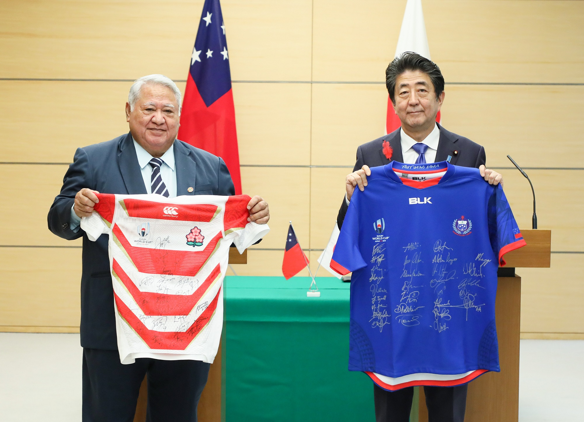 Photograph of the leaders exchanging uniforms of their countries' national rugby teams (3)