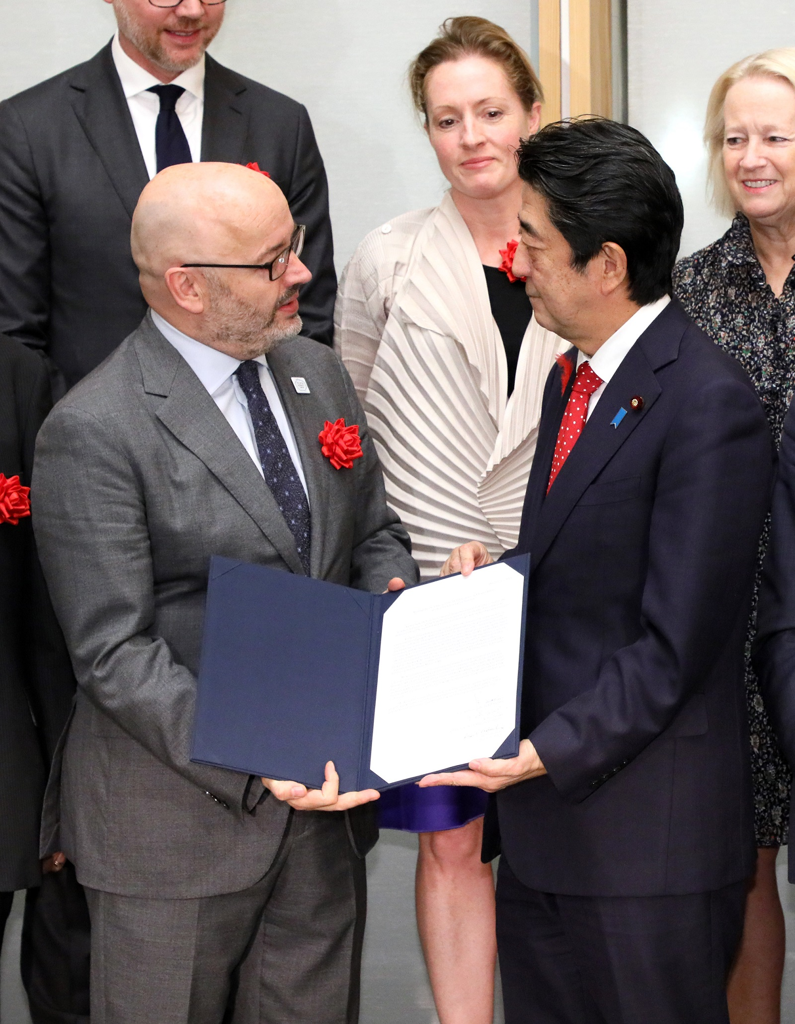 Photograph of the Prime Minister receiving the proposal (1)
