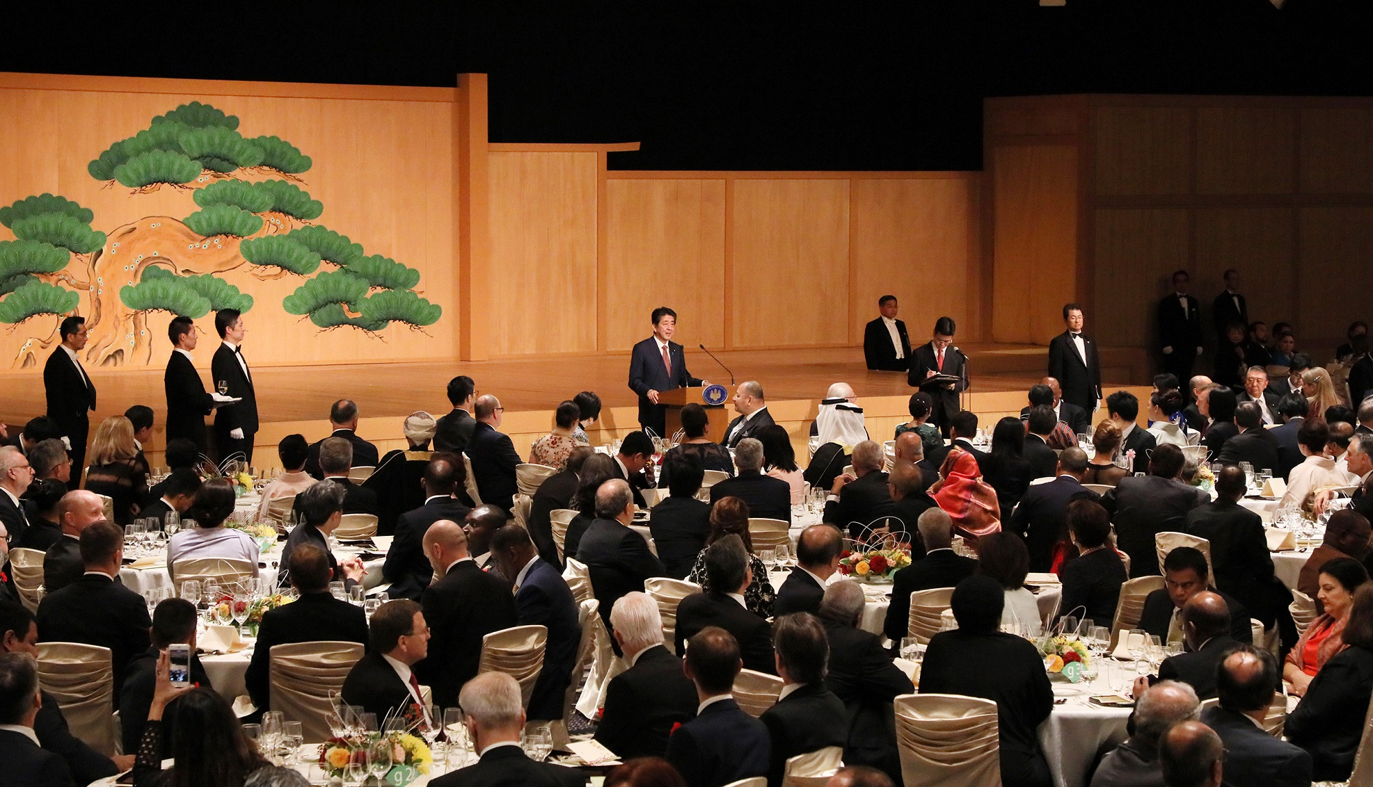Photograph of the Prime Minister delivering an address at the Naikaku-Soridaijin-Fusai-Shusai-Bansankai (banquet hosted by the Prime Minister and his spouse) (2)