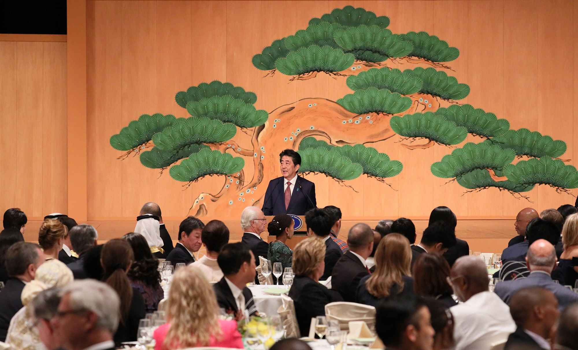 Photograph of the Prime Minister delivering an address at the Naikaku-Soridaijin-Fusai-Shusai-Bansankai (banquet hosted by the Prime Minister and his spouse) (3)