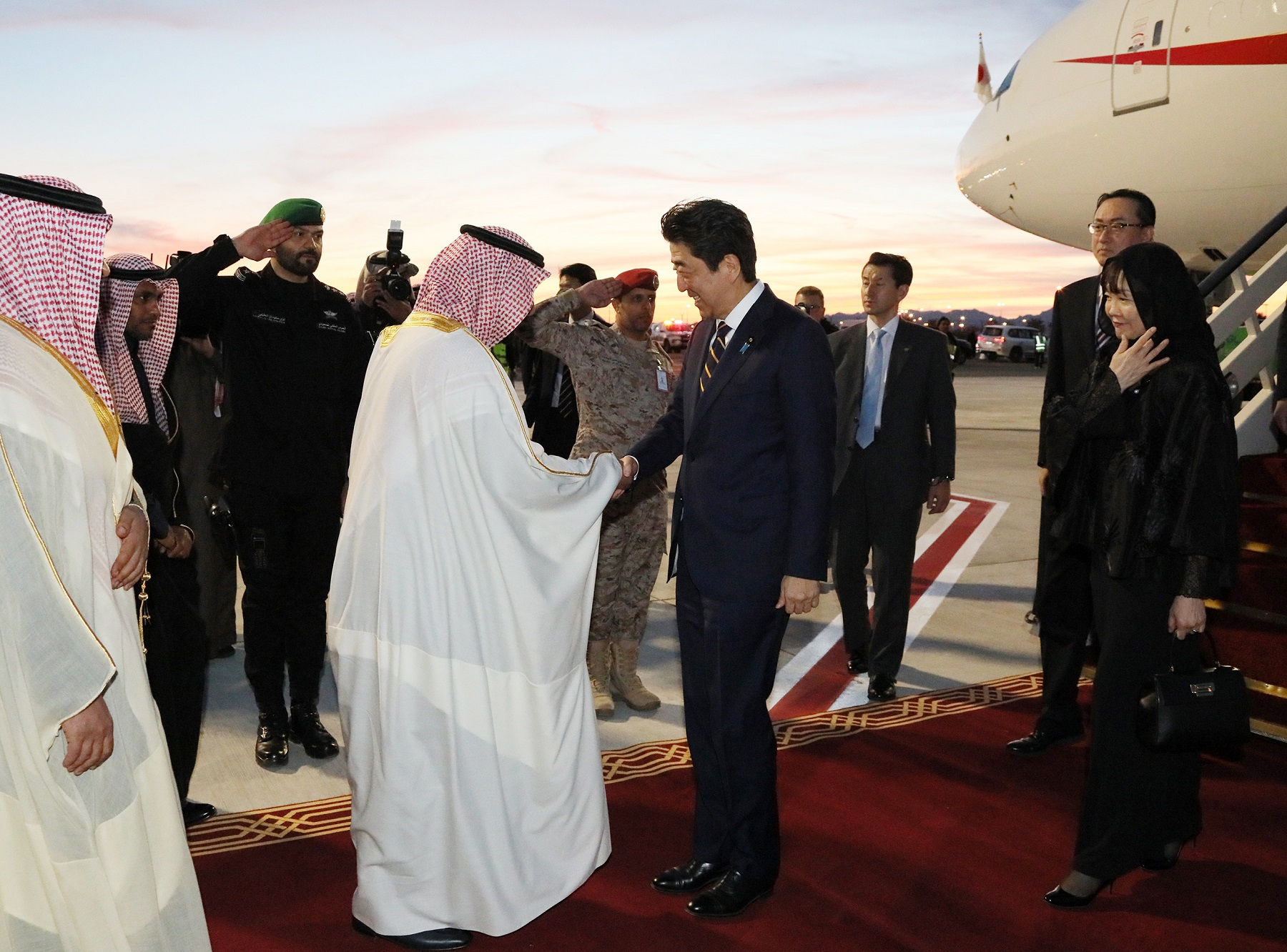 Photograph of the Prime Minister arriving in Al-Ula (1)