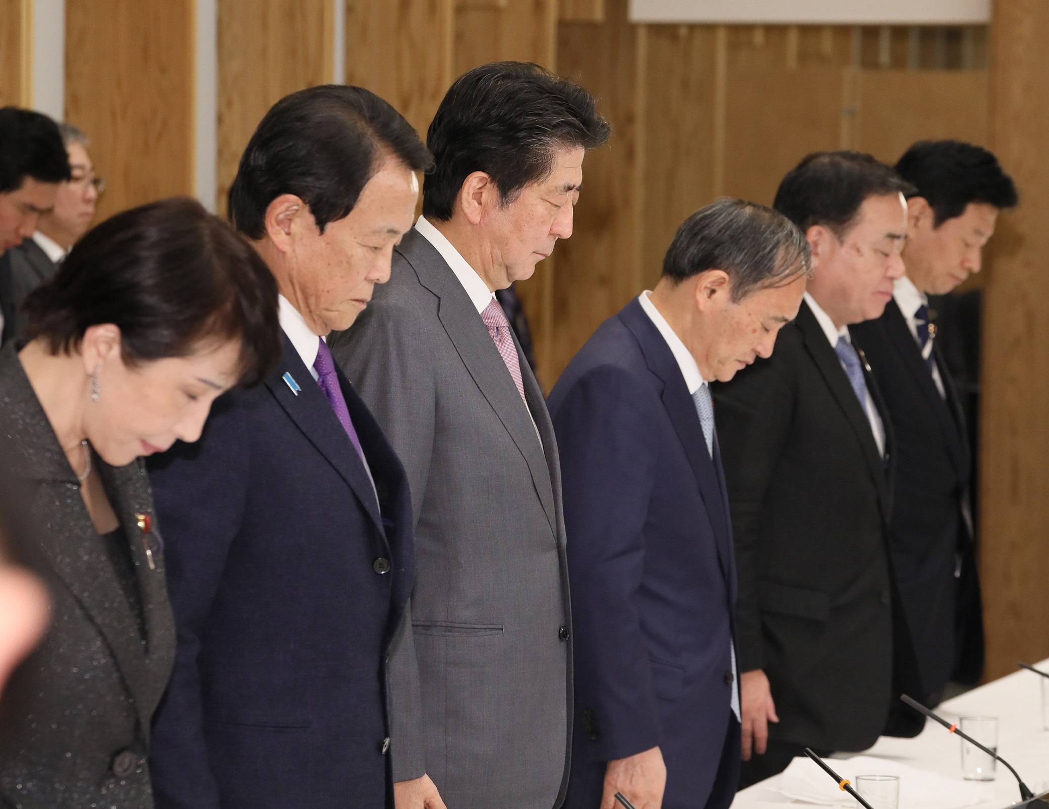 Photograph of the Prime Minister offering a silent prayer for victims of the Great Hanshin Awaji Earthquake