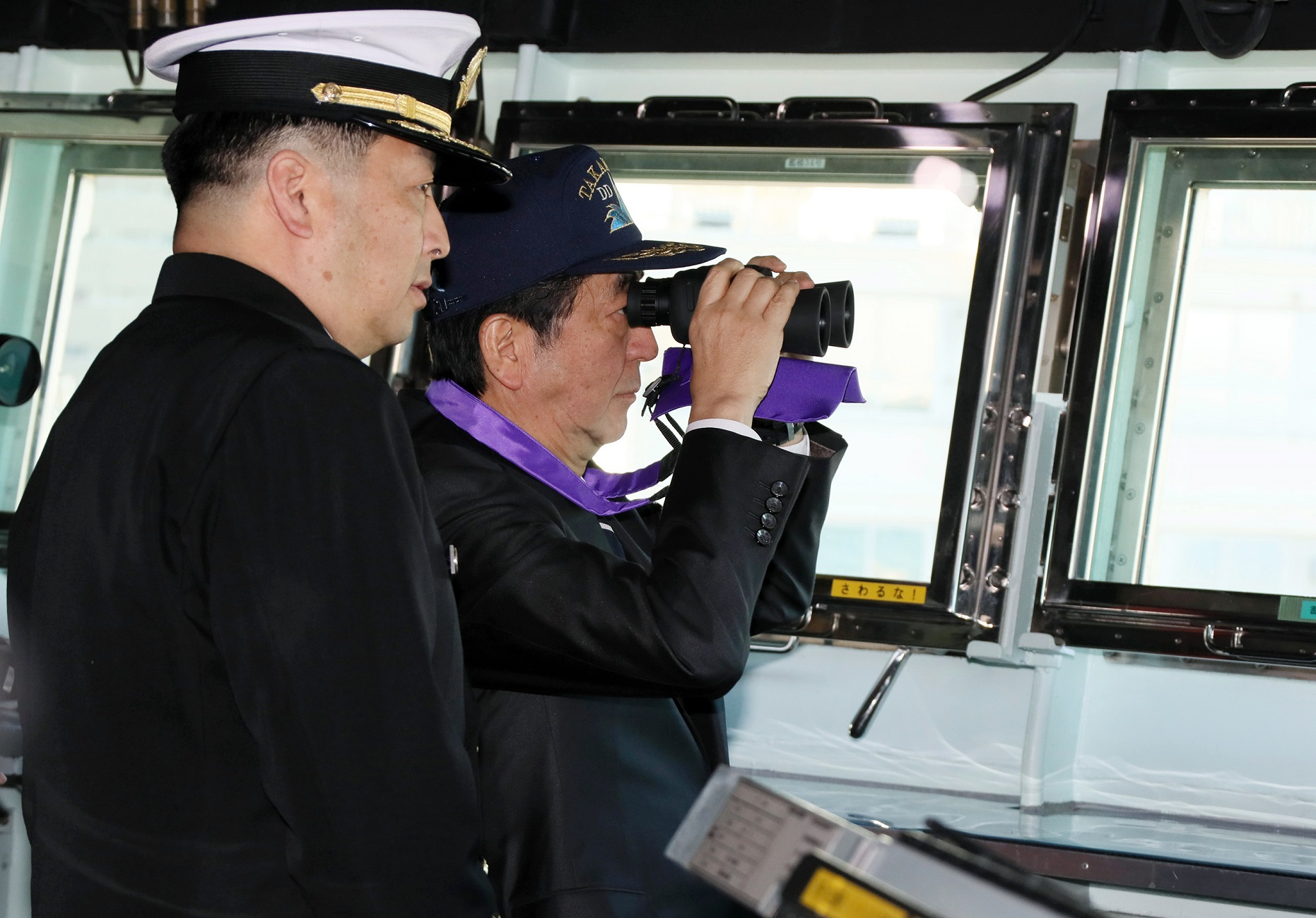 Photograph of the Prime Minister inspecting JS Takanami (1)