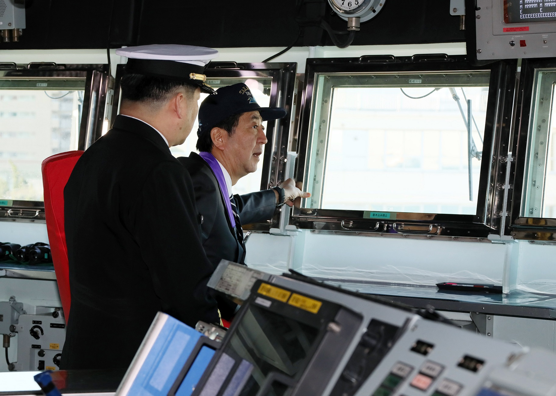 Photograph of the Prime Minister inspecting JS Takanami (2)