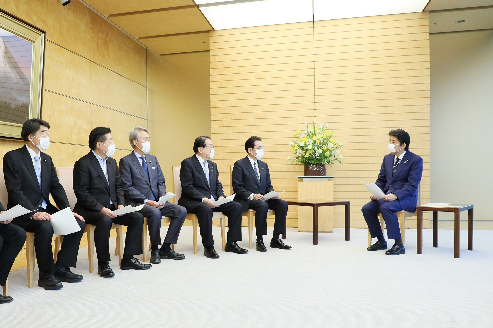 Photograph of the Prime Minister receiving the proposal(4)