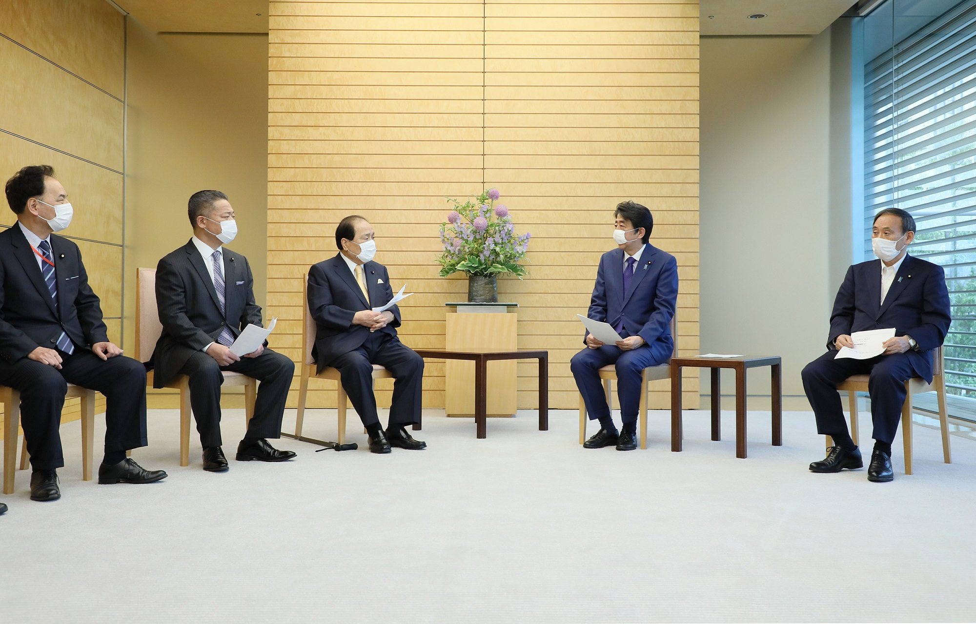 Photograph of the Prime Minister receiving the request (3)