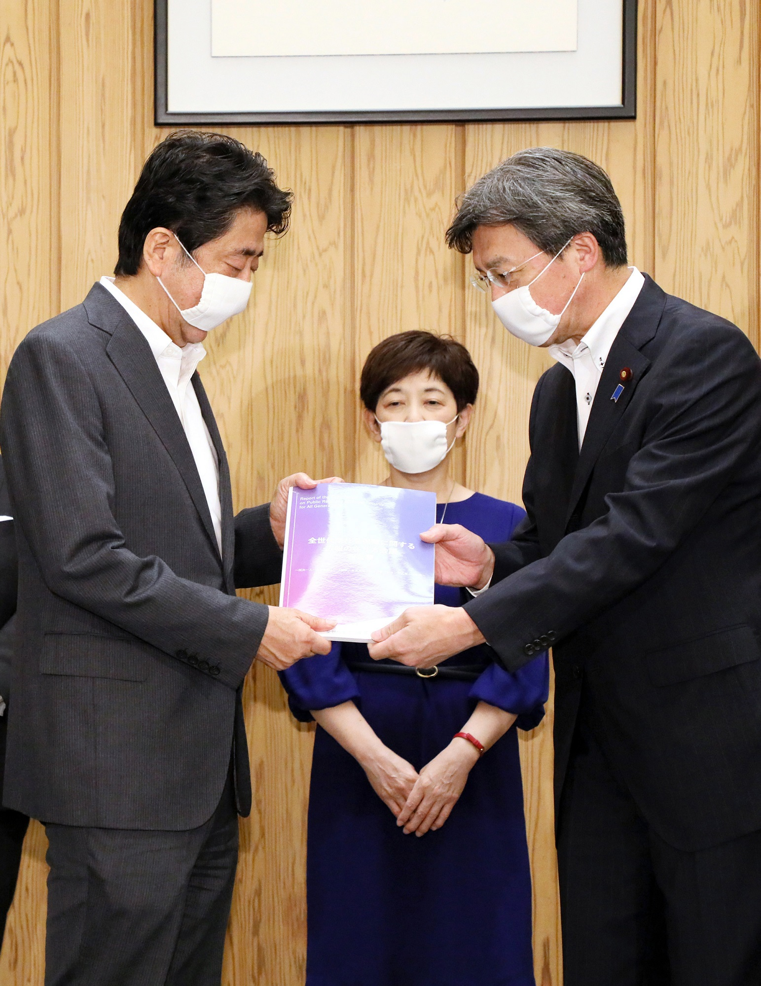Photograph of the Prime Minister receiving the report (2)