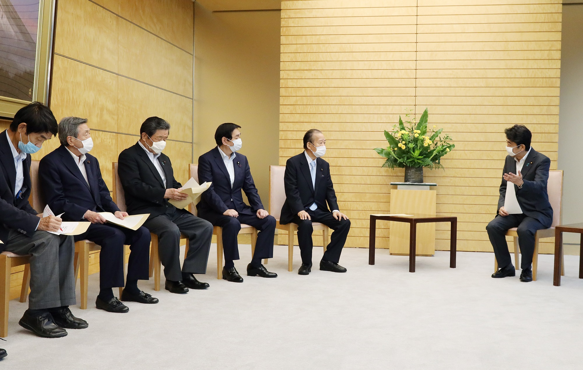 Photograph of the Prime Minister receiving the proposal (3)