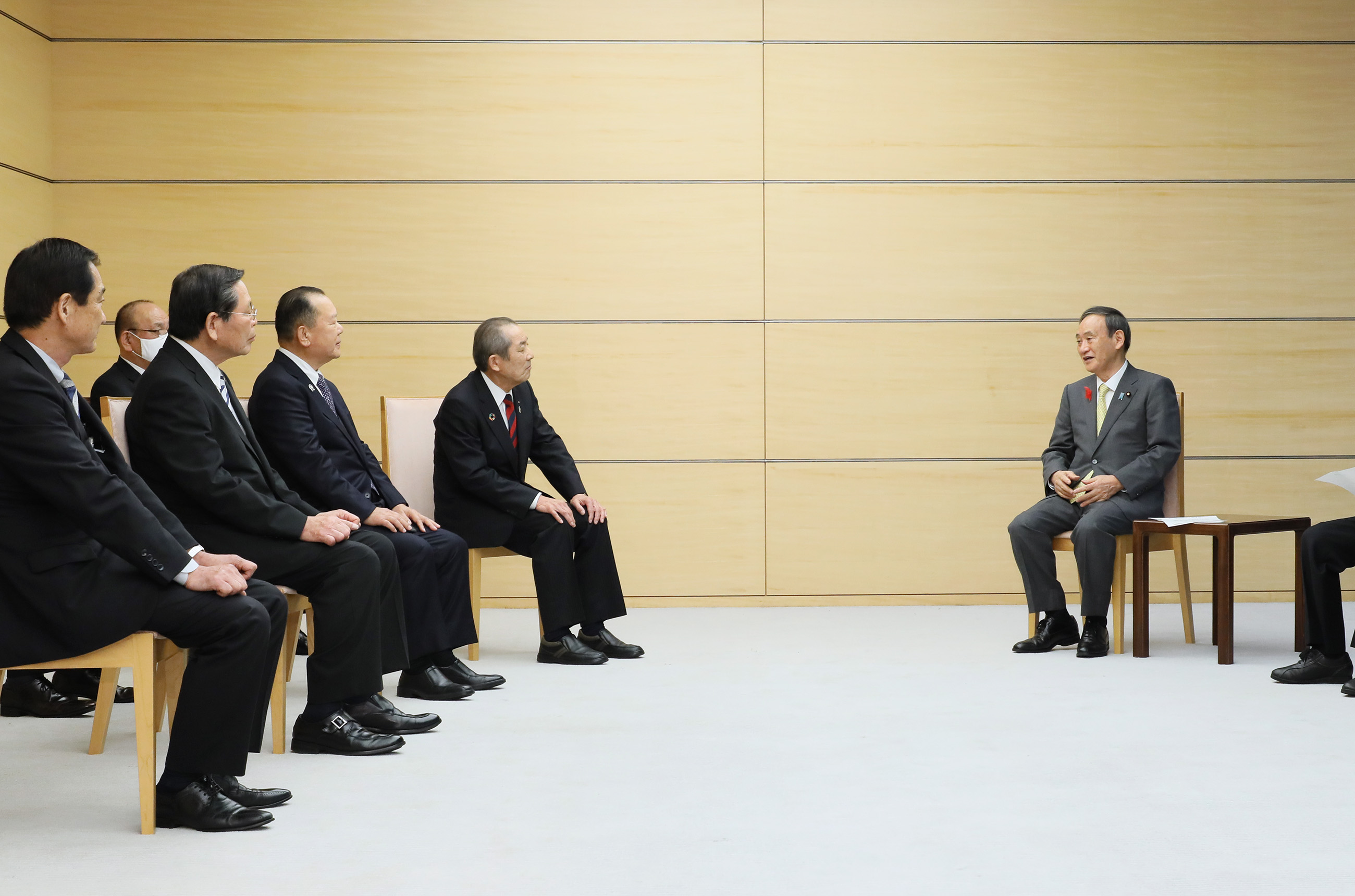 Photograph of the Prime Minister holding the meeting (2)