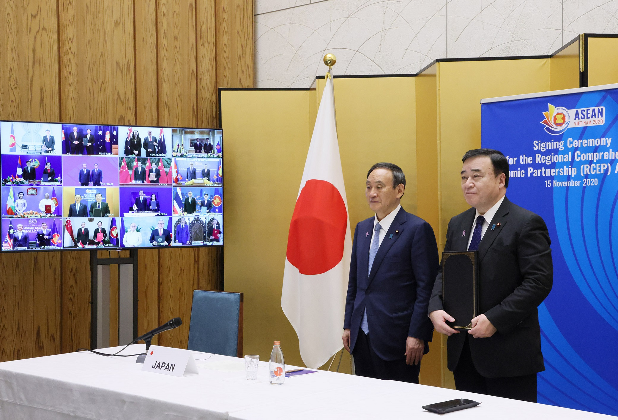 Photograph of the agreement signing ceremony (1)