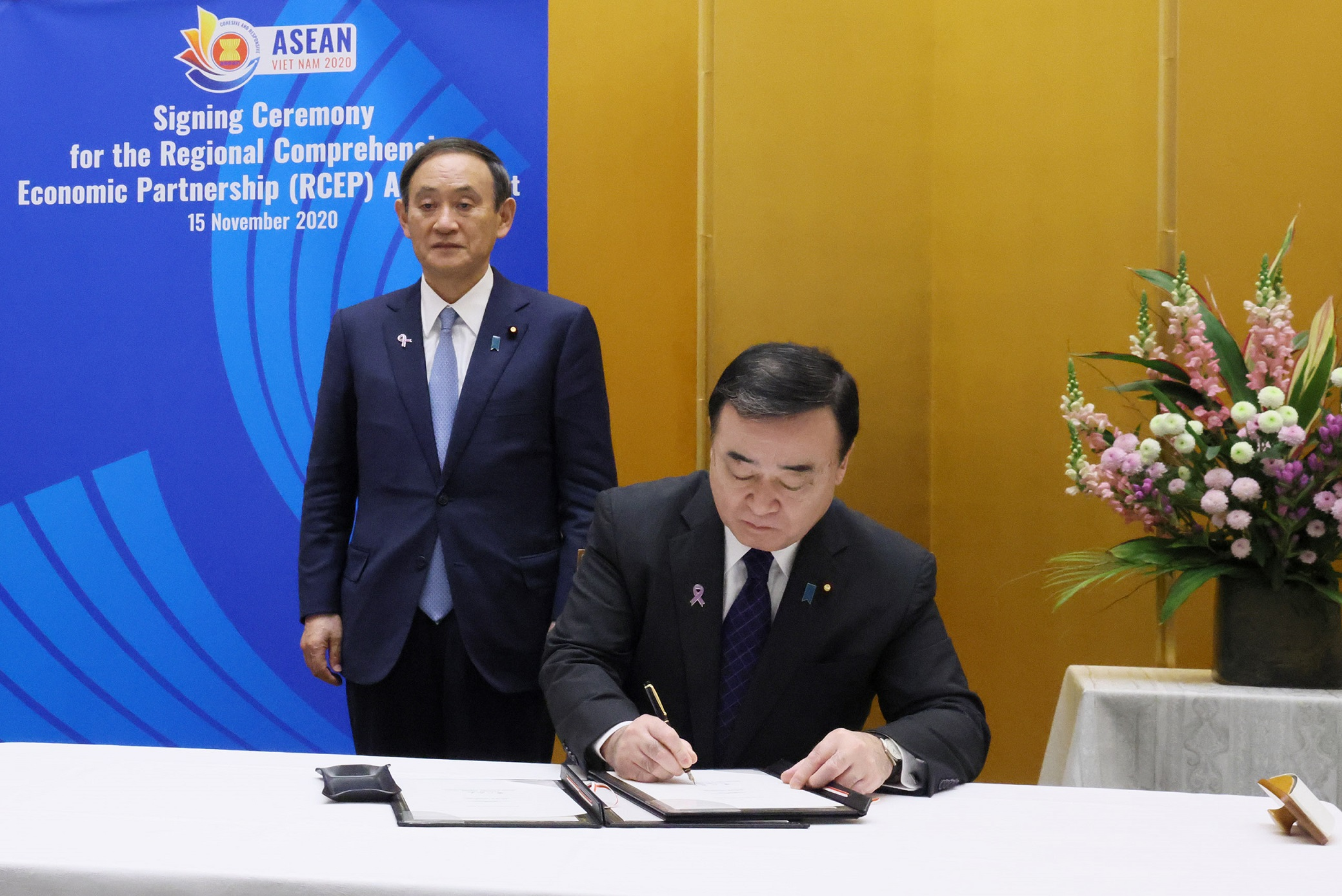 Photograph of the agreement signing ceremony (2)