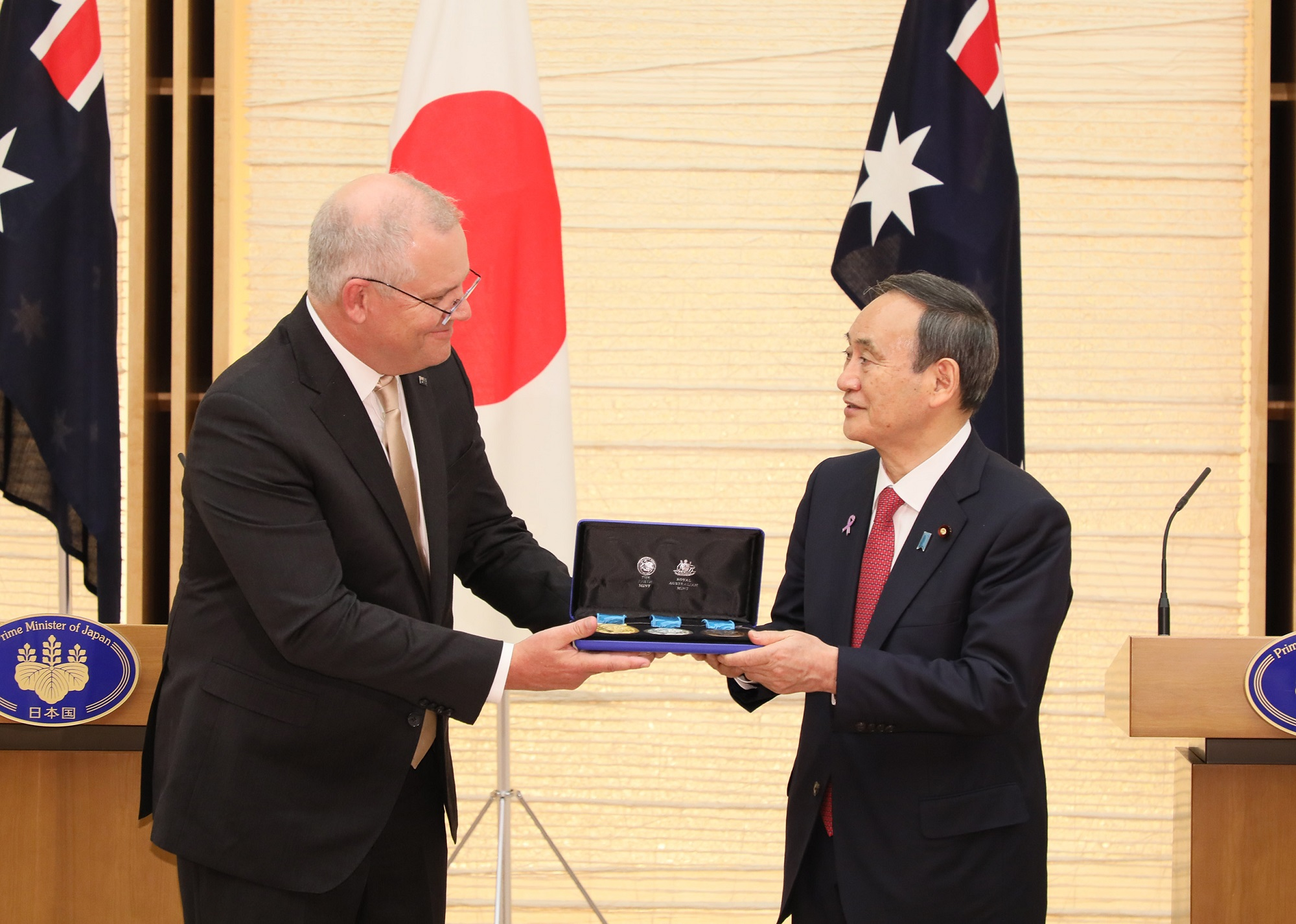 Photograph of the Prime Minister accepting a gift (1)