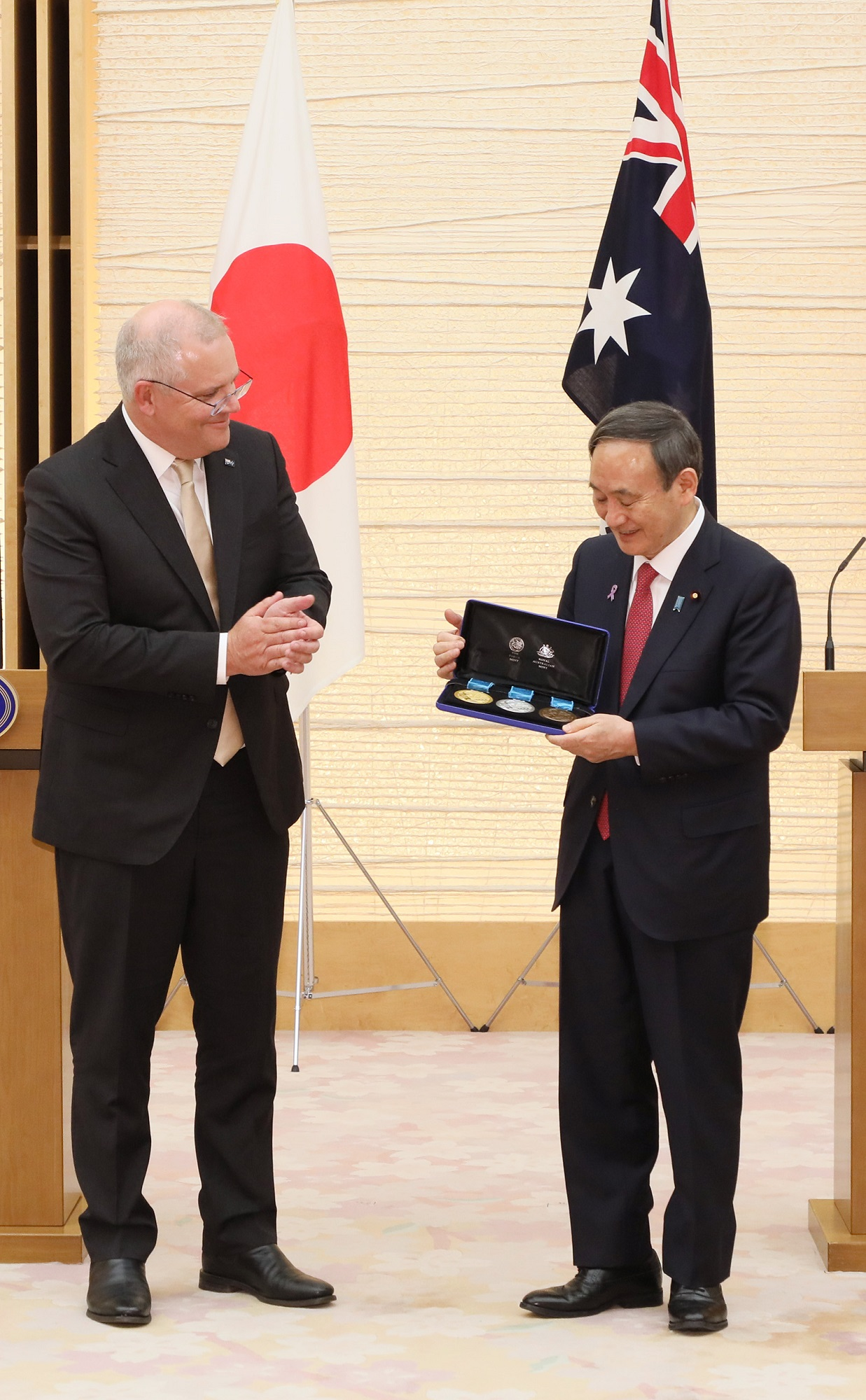 Photograph of the Prime Minister accepting a gift (2)