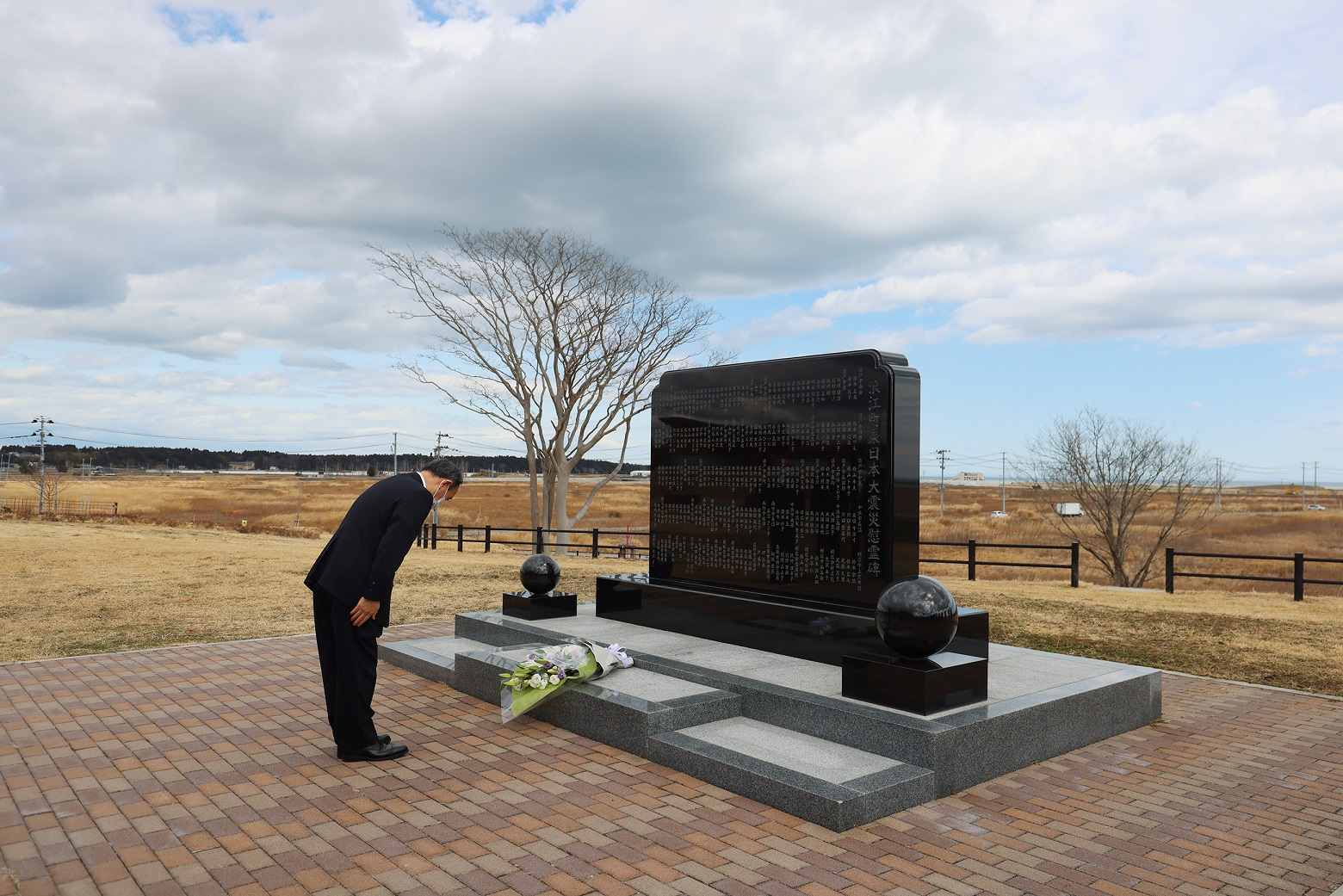 Photograph of the Prime Minister visiting the Great East Japan Earthquake cenotaph in Namie Town (1)