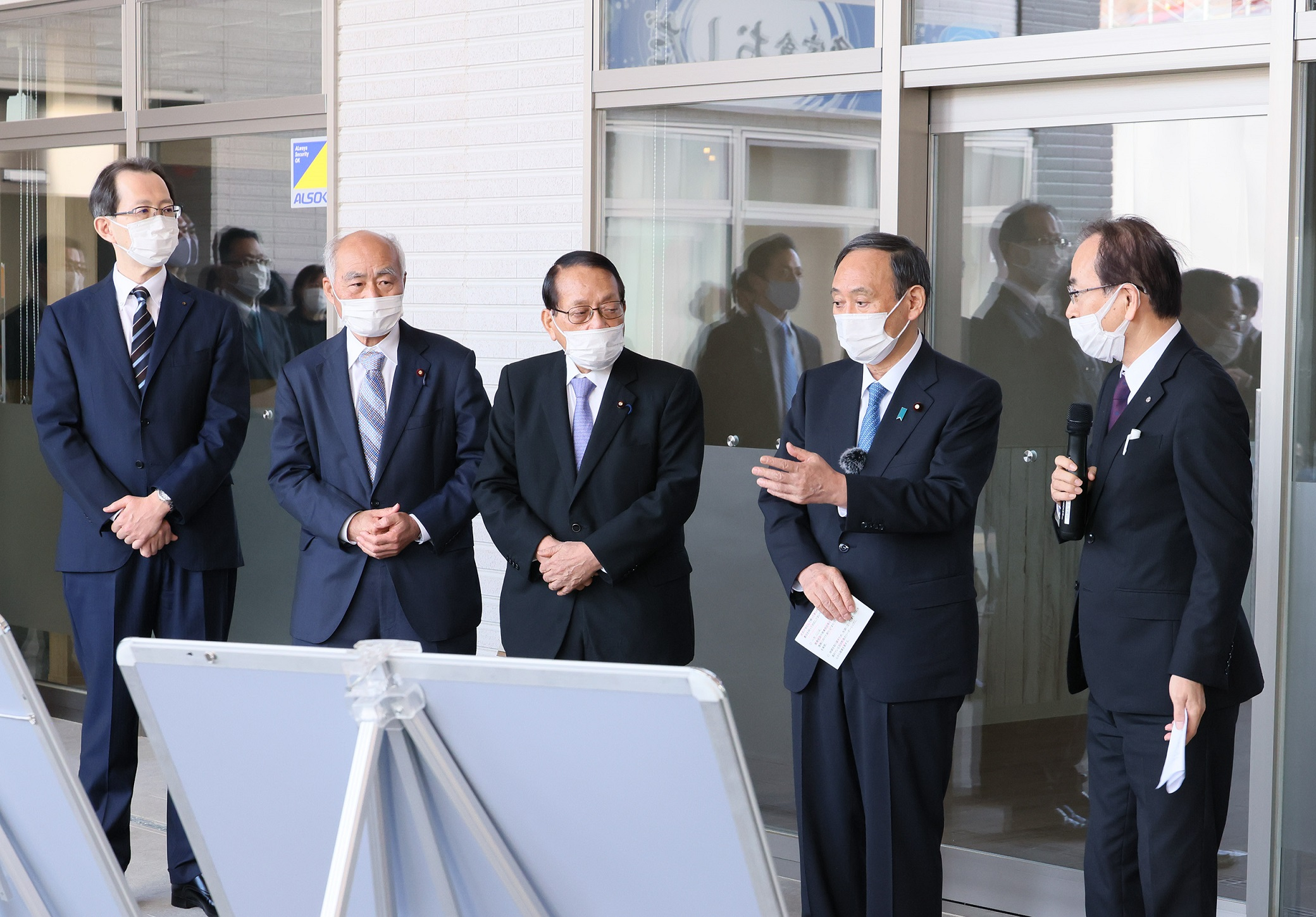 Photograph of the Prime Minister visiting Okuma Town (1)