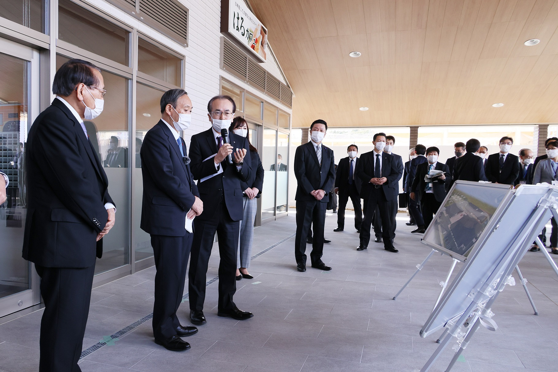 Photograph of the Prime Minister visiting Okuma Town (2)