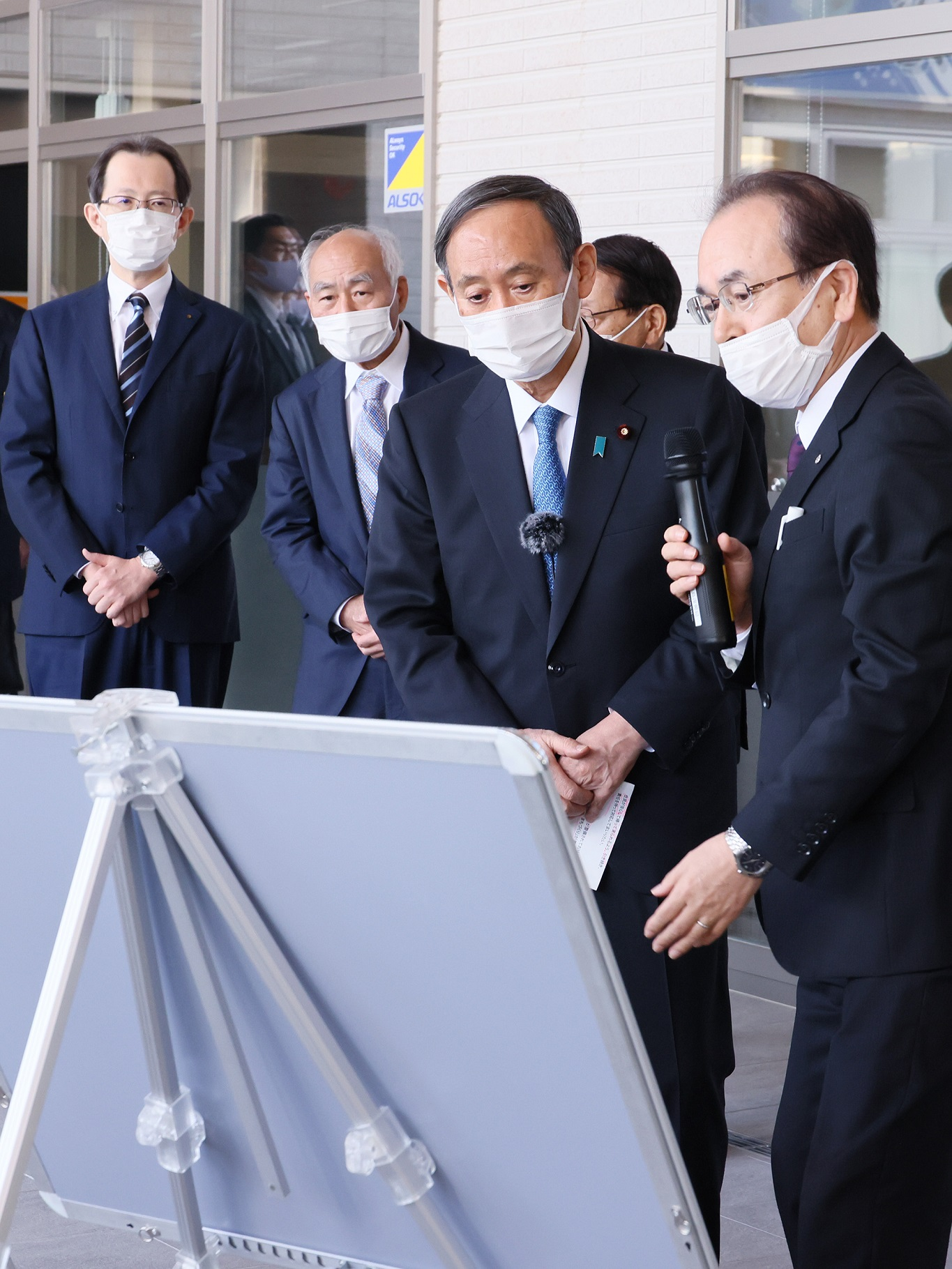 Photograph of the Prime Minister visiting Okuma Town (3)