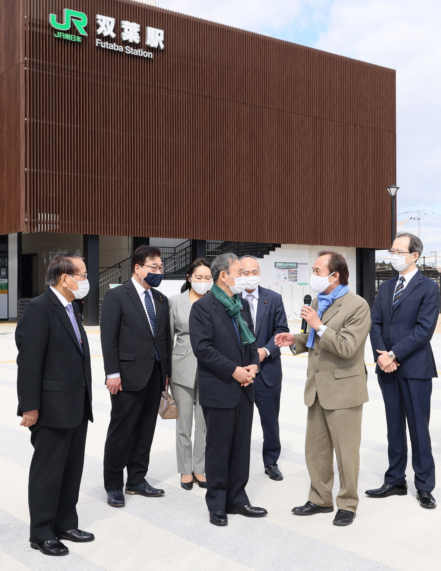 Photograph of the Prime Minister visiting Futaba Station (2)