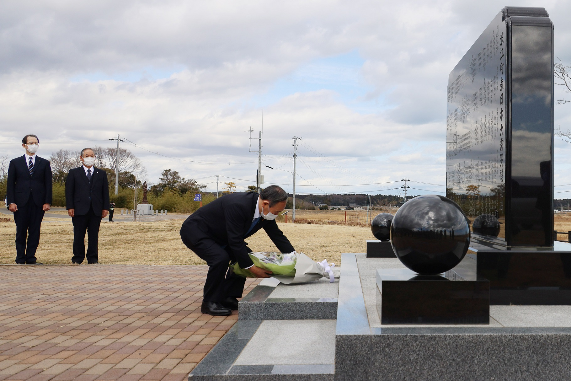 Photograph of the Prime Minister visiting the Great East Japan Earthquake cenotaph in Namie Town (2)