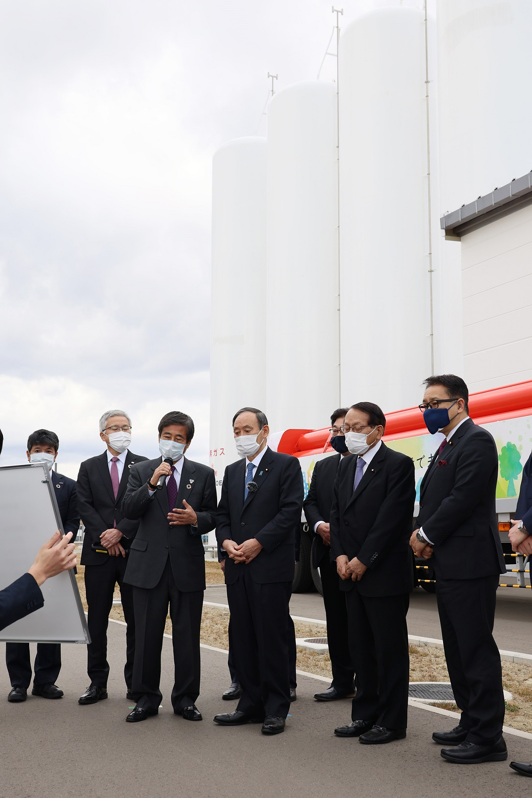 Photograph of the Prime Minister visiting the Great East Japan Earthquake cenotaph in Namie Town (3)