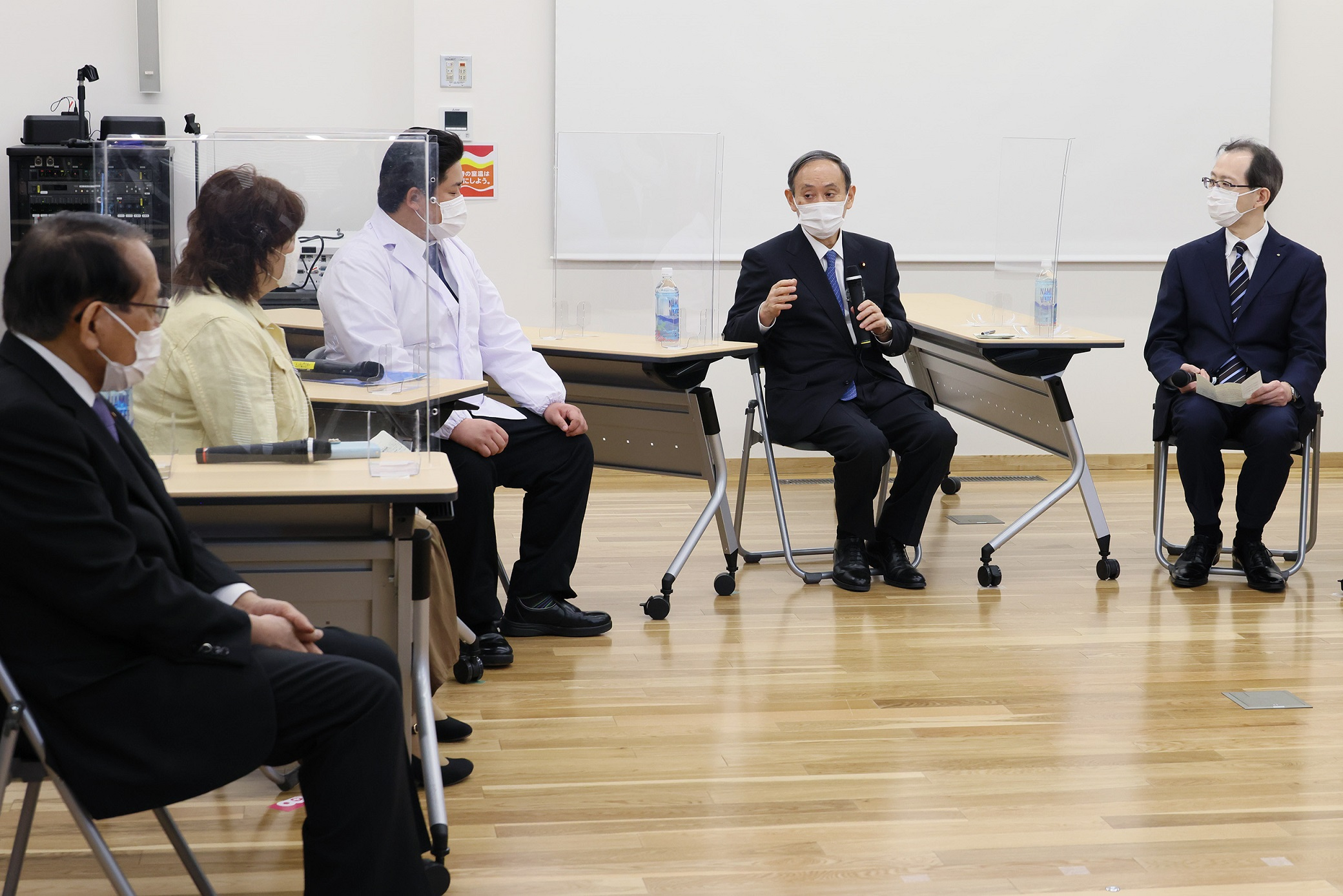 Photograph of the Prime Minister holding an exchange of opinions at Michinoeki Namie (2)