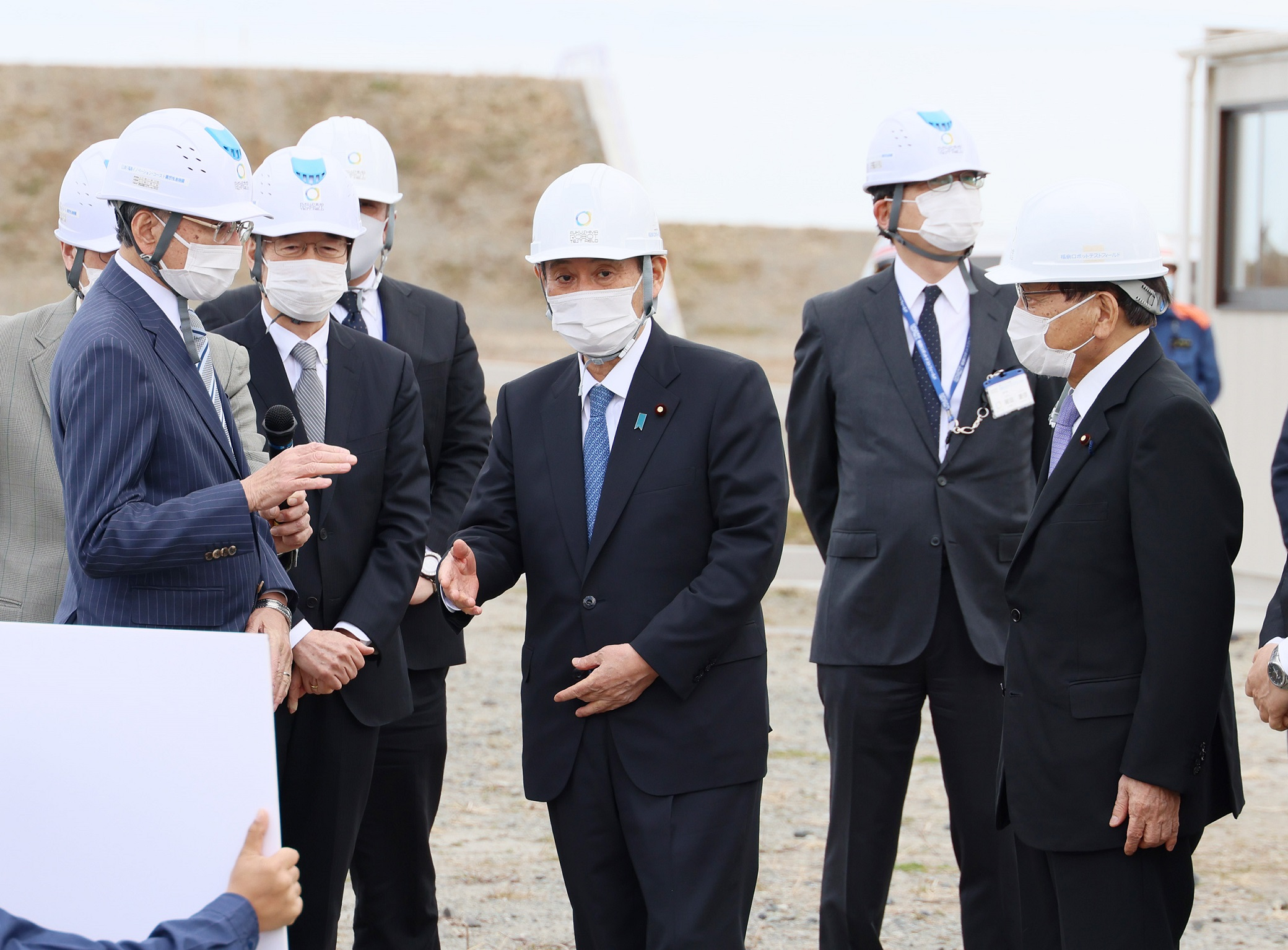 Photograph of the Prime Minister visiting the Fukushima Robot Test Field (1)