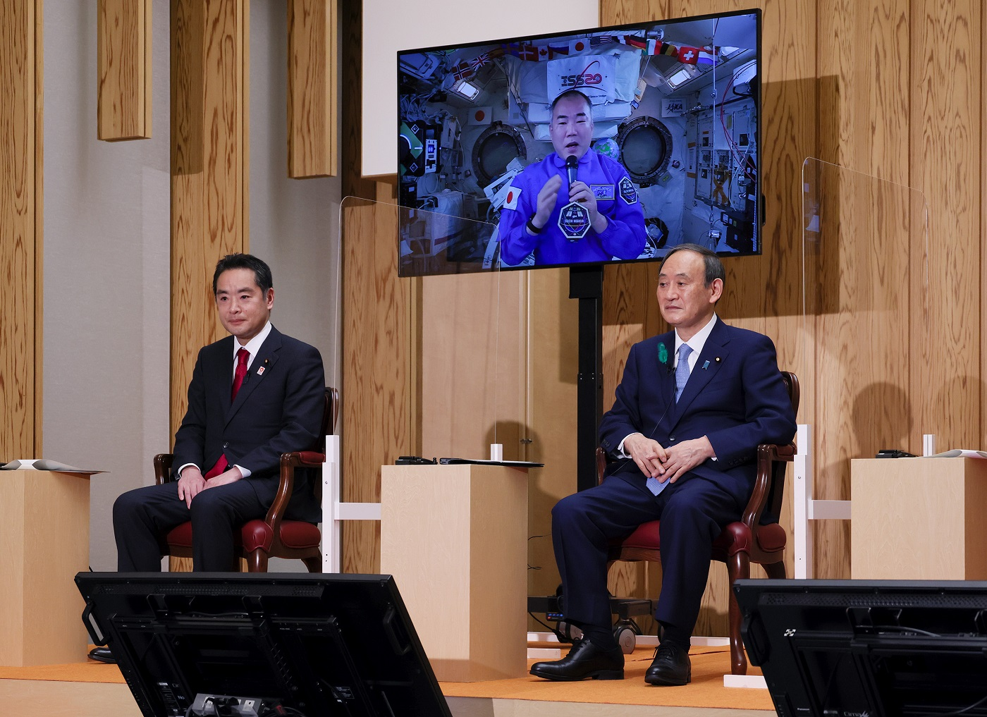 Photograph of the Prime Minister conversing with Astronaut NOGUCHI (2)