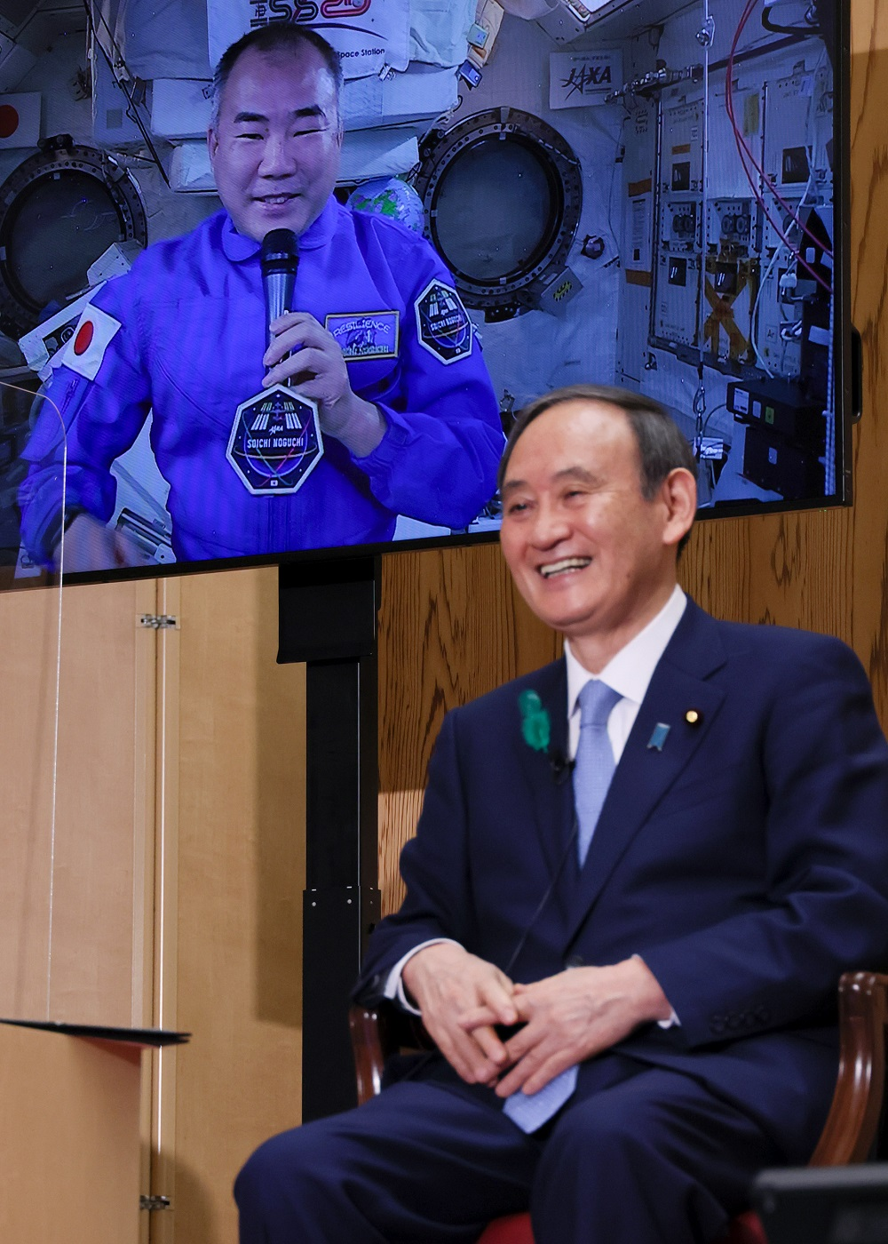 Photograph of the Prime Minister conversing with Astronaut NOGUCHI (3)
