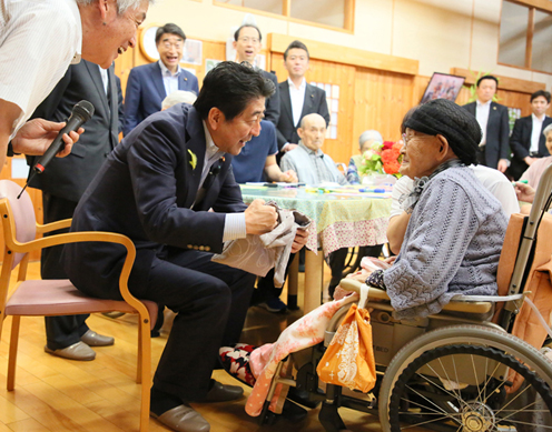 Photograph of the Prime Minister visiting a special nursing home for the elderly (1)