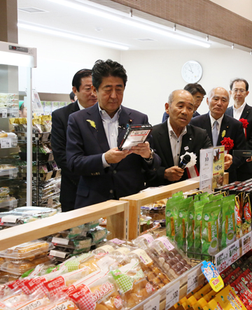 Photograph of the Prime Minister visiting Tonya no Sato