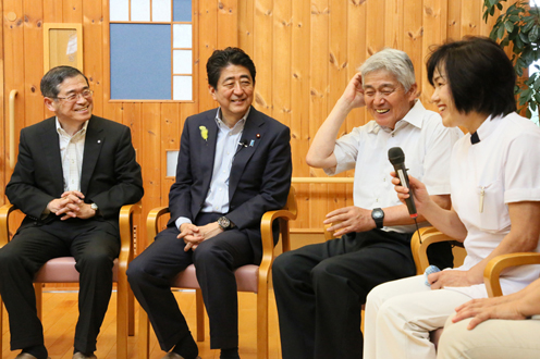 Photograph of the Prime Minister visiting a special nursing home for the elderly (2)