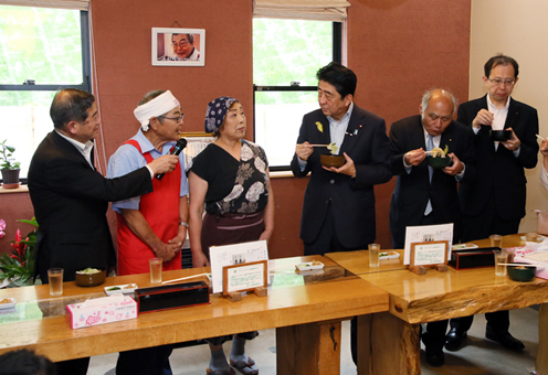 Photograph of the Prime Minister visiting a hand-made udon restaurant