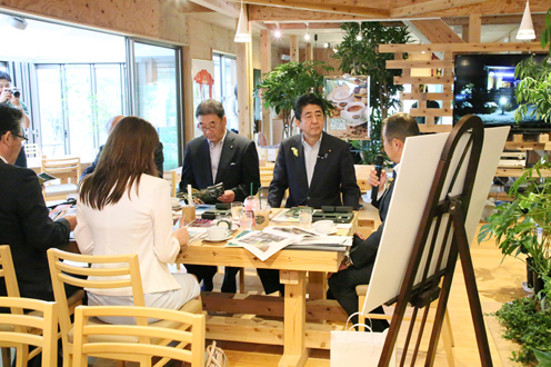 Photograph of the Prime Minister visiting a café