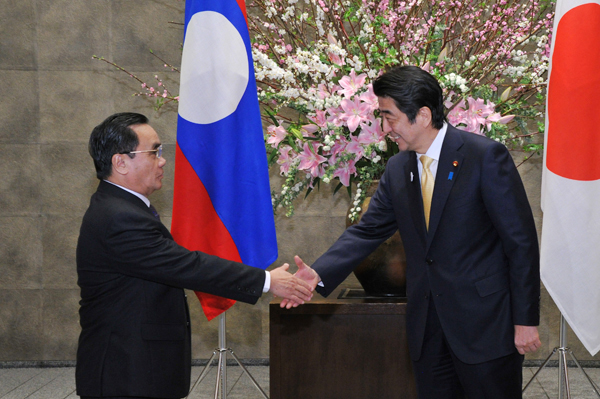 Photograph of Prime Minister Abe welcoming the Prime Minister of Laos