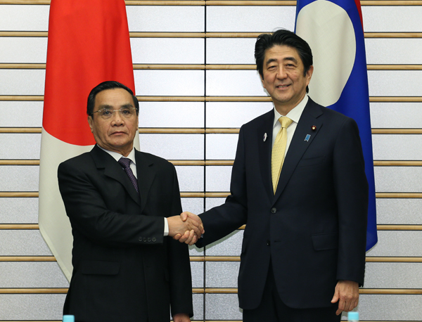 Photograph of Prime Minister Abe shaking hands with the Prime Minister of Laos
