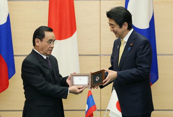 Photograph of the Prime Minister presenting a commemorative gift of currency