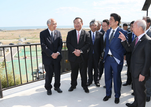 Photograph of the Prime Minister visiting the planned site for the Ishinomaki-minamihama Tsunami Memorial Park (2)