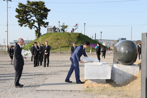 Photograph of the Prime Minister offering flowers in the Yuriage area of Natori City
