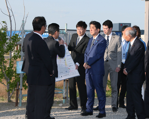 Photograph of the Prime Minister observing a land readjustment project in the Yuriage area of Natori City