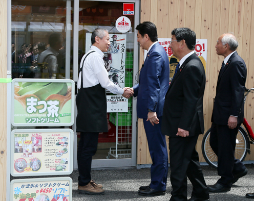 Photograph of the Prime Minister visiting a shopping center in Minamisanriku Town (1)