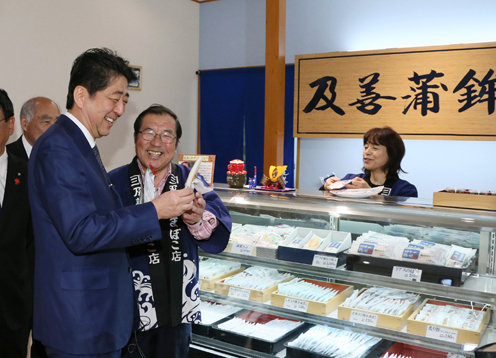 Photograph of the Prime Minister visiting a shopping center in Minamisanriku Town (2)