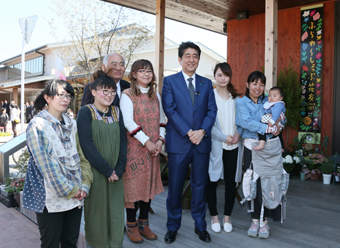 Photograph of the Prime Minister visiting a commercial area in Onagawa Town (1)